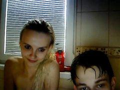 Красивая молодая пара снимает домашнее порно в ванной