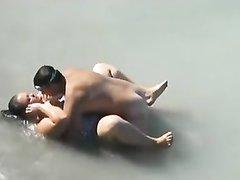 Реальный секс на пляже с толстухой прямо в воде
