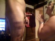 Зрелая толстуха неплохо сосет член на коленях