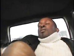 Быстрый любительский трах в машине с негром