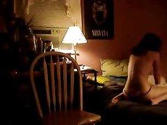 Латинская студентка мастурбирует в нижнем белье на стуле