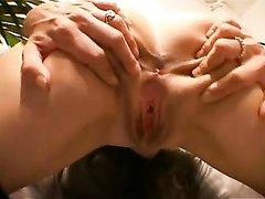 Зрелая одинокая женщина удовлетворяет свои дырки пальчиками