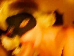 Итальянская жена в маске отлично сосет и раздвигает ножки