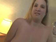 Полная женщина Синди с огромными натуральными сиськами мастурбирует на кровати