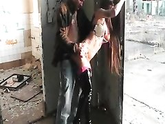 Татуированная проститутка в заброшенном доме