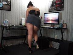 Толстая девушка показывает стриптиз
