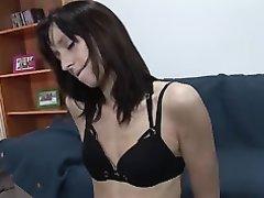 Худая красотка скачет на секс машине