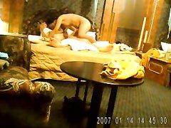 Молодая азиатская пара поймана на срытую камеру в номере отеля