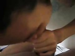 Азиатка любительница сосет белый член в ванной