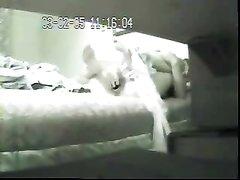 Жена трахает себя вибратором, смотря порнуху на компьютере - скрытая камера