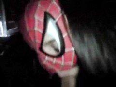 Девушка в маске спайдермена сосет член