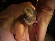 Пожилая жена сосет твердый член своего любимого мужа