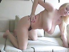 Блондинка с великолепными натуральными сиськами показывает свое тело