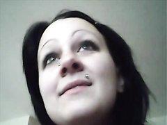 Русская женщина мастурбирует перед вебкамерой крупным планом