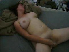 Полная девушка дает своему парню снять свою мастурбацию