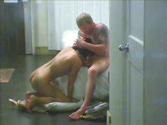 Подглядывание за парой, которая занимается домашним сексом
