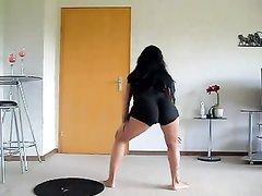 Красотка с великолепной задницей определенно умет танцевать