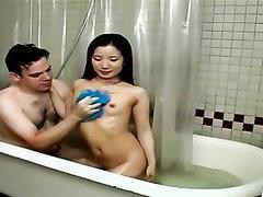 Секс в ванной с моей азиатской девушкой