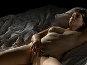 Девушка с волосатой киской наслаждается мастурбацией в одиночестве