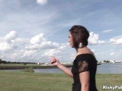 Брюнетка с татуировками гуляет голая в парке и трогает свою киску