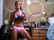 Студентка танцует в спальне