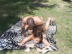 Немецкая пара любителей занялась сексом на пикнике