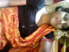 Стеснительная индуска показывает свои сиськи