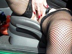 Зрелая шалава играет с киской в машине