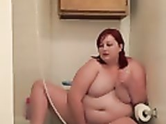 Рыжая толстуха мастурбирует вибратором в туалете