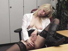 Женщины мастурбируют себе на рабочем месте телки голые