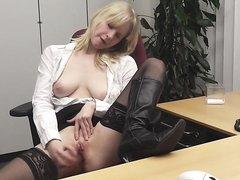 Немецкая секретарша мастурбирует на рабочем месте