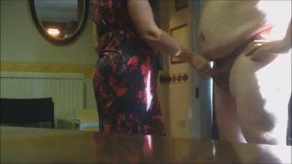 Одетая жена дрочит своему мужу стоя на кухне
