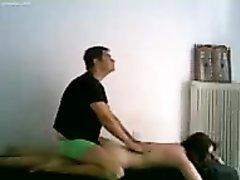 Парень делает массаж, затем достает член и имеет девушку раком