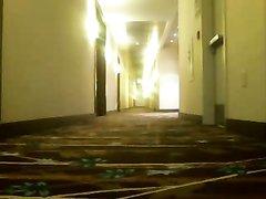 Студентка трахает себя вибратором в коридоре отеля