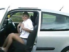 Любительский стриптиз в машине на скоростном шоссе