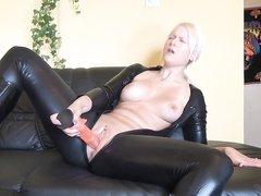 Блондинка мастурбирует в костюме из латекса
