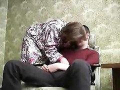 Пожилая русская женщина и молодой парень занимаются сексом