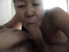 Зрелая азиатка ублажает своего любимого из Англии