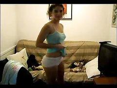 Милая студентка показывает на вебкамеру отличный стриптиз