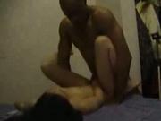 Молодая азиатка получает огромное удовольствие с негром