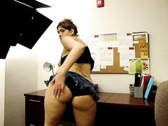 Секретарша трясет попкой прямо в офисе