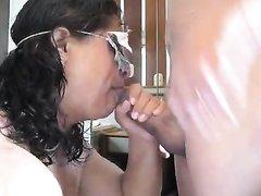 Зрелая мексиканская жена очень умело использует рот