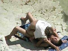 Скрытая камера поймала пару за сексом на нудистком пляже
