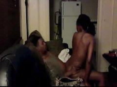 Чернокожая жена пытается сделать приятно мужу