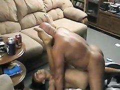 Муж интенсивно трахает жену на полу