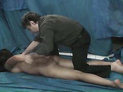 Профессиональный массажист делает массаж бразильской студентке