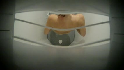 Девушка принимает душ, скрытая камера сверху