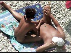 Русская жена дрочит мужу на пляже