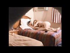 Изменяющая жена поймана на скрытую камеру в номере мотеля