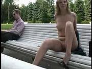 Модель с идеальной грудью гуляет в парке голышом